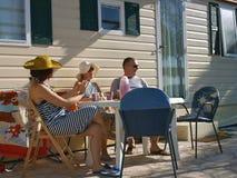 De vrienden genieten van op de zomervakantie Stock Afbeeldingen