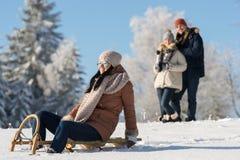 De vrienden genieten van zonnige de winterdag op slee Stock Fotografie