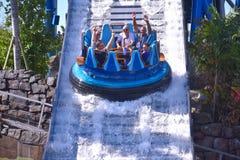 De vrienden lachen alvorens in de wateraantrekkelijkheid te doorweken in Seaworld Marine Theme Park royalty-vrije stock foto
