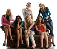 De vrienden letten op TV. Stock Fotografie