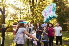 De vrienden letten pre-tiener op meisje rakend een piï ¿ ½ ata op haar verjaardag stock afbeeldingen