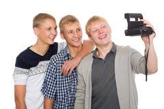 De vrienden maken op oude camera onmiddellijke druk zelf Royalty-vrije Stock Foto's
