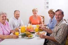 De vrienden ontbijten Stock Foto's