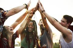 De vrienden overhandigt samen Eenheid bij Festivalgebeurtenis stock afbeelding