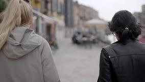 De vrienden reizen rond Venetië De beroemde stad in Italië trekt met zijn straten en koffie, evenals oud aan stock videobeelden