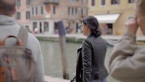 De vrienden reizen rond Venetië De beroemde stad in Italië trekt met zijn straten en koffie, evenals oud aan stock video