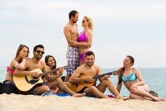 De vrienden spelen gitaar Stock Foto