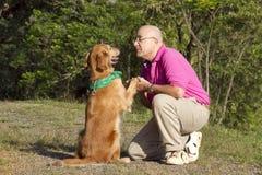 De vrienden van de hond en van de mens Royalty-vrije Stock Foto's