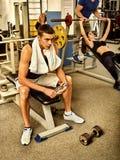 De vrienden van geschiktheidsmensen in de gewichten van de gymnastiektraining met materiaal Stock Afbeeldingen
