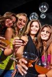 De vrienden van het meisje in een staaf Stock Foto's