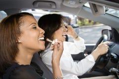 De vrienden van vrouwen in auto. Stock Foto