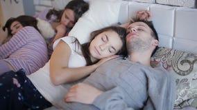 De vrienden vermoeiden na de partij, die samen op het bed slapen stock footage