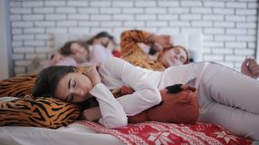 De vrienden vermoeiden na de partij, die samen op het bed slapen stock videobeelden