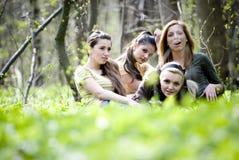 De vrienden verzamelden zich in bos Stock Afbeelding