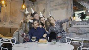 De vrienden wensen de Verjaardagsmens geluk stock footage