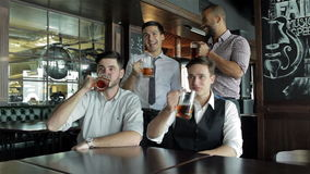 De vrienden zijn bij de bar samengekomen stock footage