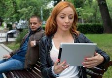 De vrienden zijn pret om op iets op een mobiele telefoon te letten en tablet royalty-vrije stock foto