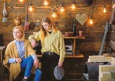 De vrienden of de zusters brengen prettige avond in jachtopzienershuis door, binnenlandse achtergrond Vakantie in houtconcept Mei royalty-vrije stock afbeeldingen