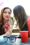 De vriendenkoffie van het paarmeisje bij wandelgalerij Royalty-vrije Stock Afbeeldingen