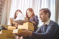 De vriendenpartners bereiden verzendingen voor klant voor hun kleine onderneming voor Stock Afbeelding