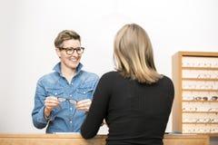 De vriendschappelijke dienst bij de optometrie stock afbeeldingen