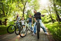 de vriendschappelijke familie is op een picknick biking royalty-vrije stock fotografie