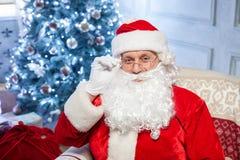 De vriendschappelijke Vader Christmas wenst geluk met Royalty-vrije Stock Foto