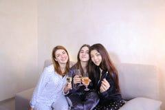 De vriendschappelijke vrouwelijke koele vrienden brengen tijd door en roddelen, vieren h Royalty-vrije Stock Fotografie