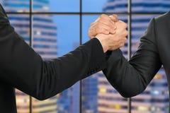 De vriendschappelijke zakenlieden schudden handen Stock Afbeelding