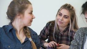 De vriendschapsmededeling van de onderwijsklasgenoot bff stock videobeelden