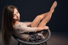 De vrij aantrekkelijke sexy vrouw ligt op een stoel Stock Foto's
