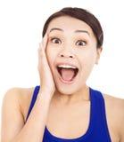 De vrij Aziatische vrouw voelt verraste gelaatsuitdrukking Royalty-vrije Stock Foto