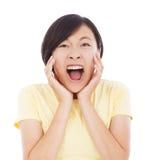 De vrij Aziatische vrouw voelt verraste gelaatsuitdrukking Royalty-vrije Stock Afbeelding
