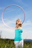 De vrij blonde rijpe vrouw geniet van haar vrije tijd Stock Afbeeldingen