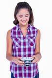 De vrij donkerbruine camera van de holdingsfoto Stock Afbeeldingen