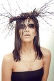De vrij donkerbruine vrouw met maakt omhoog als demon bij Royalty-vrije Stock Afbeeldingen