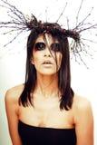 De vrij donkerbruine vrouw met maakt omhoog als demon in Halloween Stock Afbeelding