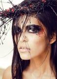 De vrij donkerbruine vrouw met maakt omhoog als demon in Halloween, clos Royalty-vrije Stock Foto's