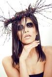 De vrij donkerbruine vrouw met maakt omhoog als demon in Halloween, clos Royalty-vrije Stock Afbeelding