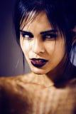 De vrij donkerbruine vrouw met maakt omhoog als demon in Halloween, close-up enge achtergrond Stock Afbeelding