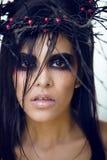 De vrij donkerbruine vrouw met maakt omhoog als demon in Halloween, enge close-up Stock Fotografie