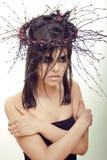 De vrij donkerbruine vrouw met maakt omhoog als demon in Halloween, enge close-up Stock Foto's