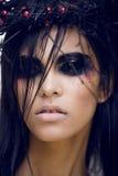 De vrij donkerbruine vrouw met maakt omhoog als demon in Halloween, enge close-up Royalty-vrije Stock Afbeeldingen