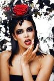 De vrij donkerbruine vrouw met roze heldere juwelen, zwart en rood, maakt omhoog als de rode lippen van een vampierclose-up, Hall Royalty-vrije Stock Afbeeldingen