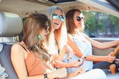 De vrij Europese meisjes 25-30 jaar oud in de auto maken foto op mobiele telefoon Royalty-vrije Stock Afbeelding