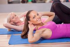 De vrij geschikte meisjes oefenen in gymnastiek uit royalty-vrije stock foto's