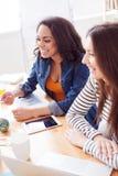 De vrij jonge dames werken in team Stock Foto