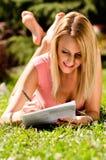 De vrij jonge documenten van de vrouwenlezing Stock Foto's