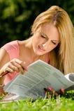 De vrij jonge documenten van de vrouwenlezing Stock Foto