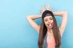 De vrij jonge gestileerde vrouw trekt gezichten Stock Foto's